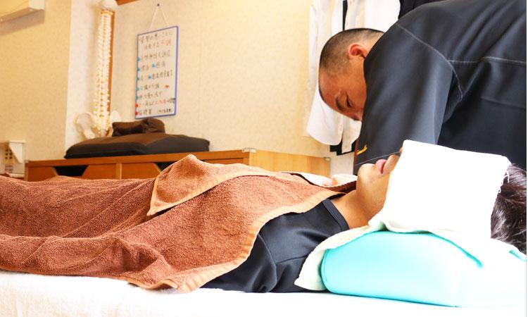 背中側よりも身体の前面(特にお腹周辺の筋肉)をしっかり解す施術